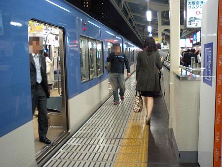 この電車を通り抜けるんです。