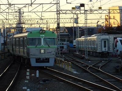 錆取り列車3725Fと搬入された1722F中間