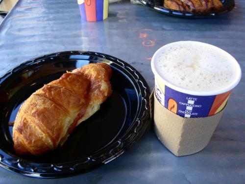 ハム&チーズクロワッサンとカフェラテ
