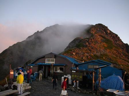 朝焼けの肩の小屋