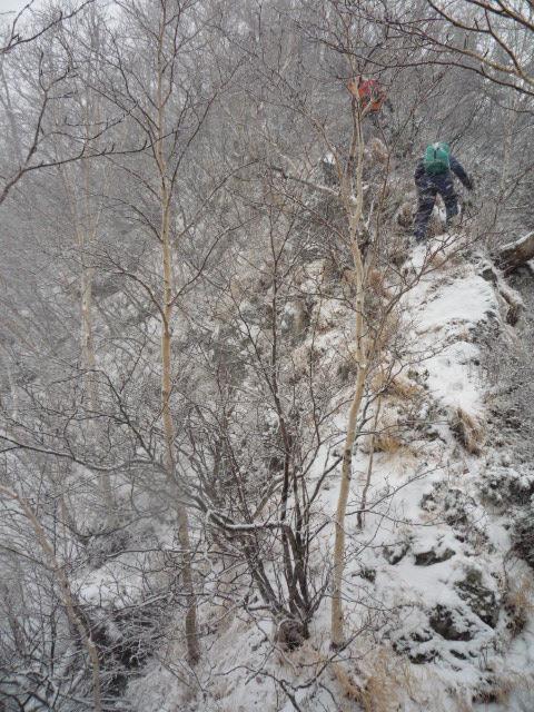雪の岩稜を登る