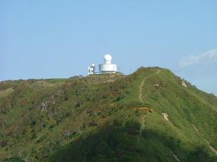 山頂の気象観測レーダー