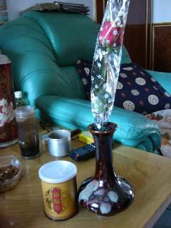 情人節の贈り物:バラの花(右)と女人茶(左)