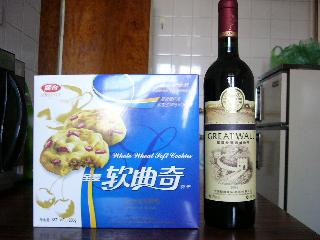 左:ビスケット 右:長城ワイン