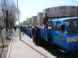 農村から果物・野菜を売りにきた車がずらり~違法ですよ!