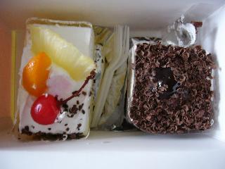 買ったケーキ~チョコのやつ(右)がかなりおいしい