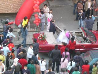 豪華な車で花嫁を連れてきました