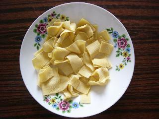 材料①干豆腐~1元出したらかなりの量買えます。これは0.2元分くらい
