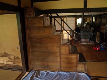 3階段箪笥裏