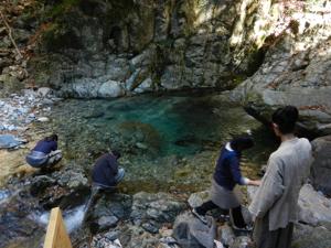 6乙女渓谷の水を飲む
