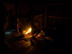 4ホイプロイ・囲炉裏に寄り添う