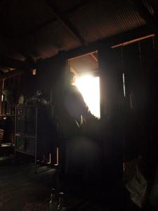 17ホイプロイ・ミレーの家の中から外を見つめる