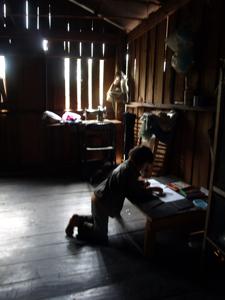 18ホイプロイ・ミレーの家の中で絵を描くU太