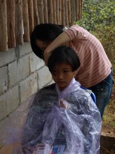 23ホイプロイ・女の子の髪を切るゆきちゃん
