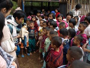 30ホイプロイ・腹話術に集う子供たち