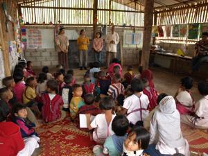 31ホイプロイ・子ども達の前で歌う