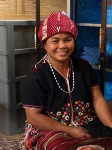 33ホイプロイ・民族衣装を着たミレー