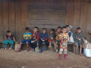 49ホイプロイ・お菓子をもらう子供たち