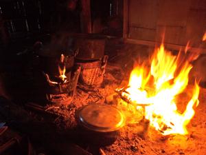 55ホイプロイ・囲炉裏でご飯を炊く