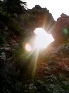 ちーこさん画像岩の穴から光