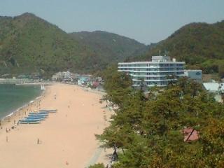 ホテルと砂浜