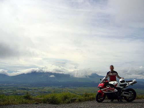 阿蘇山をバックに記念撮影