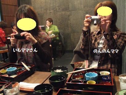 4人ともお料理にカメラ向けてたので、周りの人達は変な集団と思っただろう。あたってるけど。