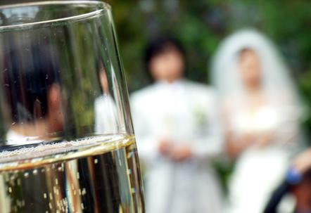新郎新婦とシャンパン