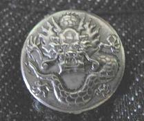 龍のボタン