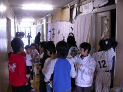 ◆お化け屋敷に並ぶこどもたち.JPG