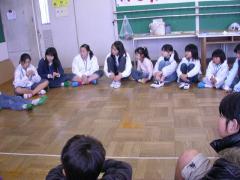 ◆話を真剣に聞く子どもスタッフ.JPG