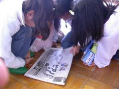 ◆読売の記事を読む洋服やたち.JPG
