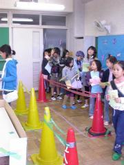 ◆市役所・受付に並ぶ子どもたち.JPG