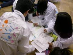 ◆新聞社の新聞をもらう子どもスタッフ.JPG