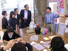 ◆観光ツアー・シルク斉藤さん説明.JPG