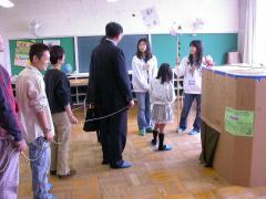 ◆観光ツアー・新聞社6年二人説明.JPG.JPG