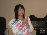 拍手する岡平知子さん。