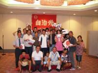 みんなで記念撮影。正面左に佐々木龍新居浜市長の姿も。