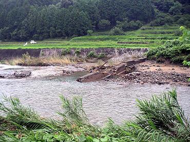 大田川上付近。大田川の堰堤決壊。