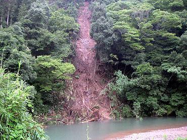 大田殿ヶ谷付近。大田川へ流れ落ちた土砂崩れ。
