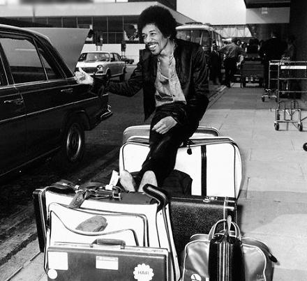Jimi_Hendrix_at_Heathrow_Airport.jpg