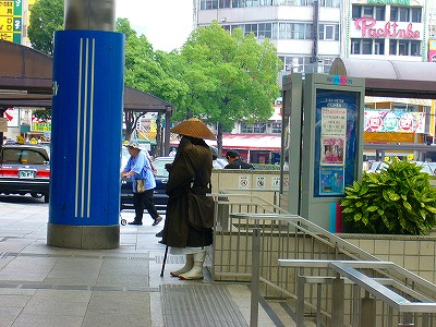 広島駅で托鉢2