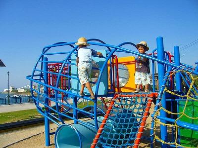 孫、海の遊び場で