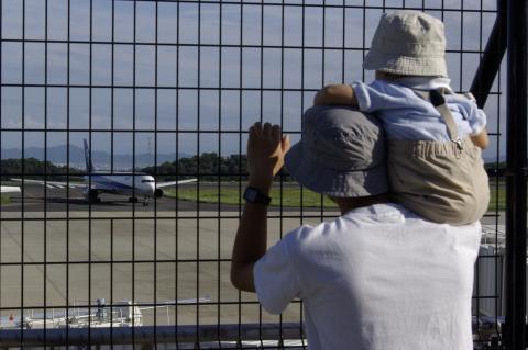 惣吉と飛行機を望む