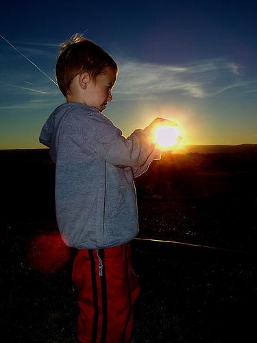 夕日を掴む少年2