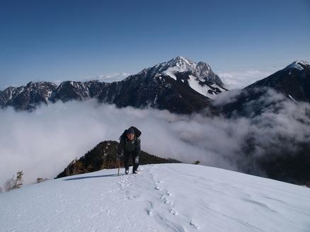 甲斐駒ヶ岳をバックに登る