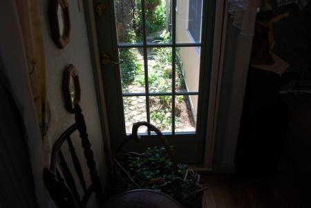 5350室内から庭を望む