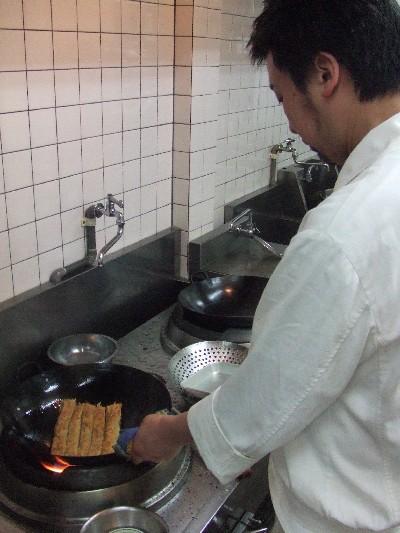 湯葉捲きを焼く料理長