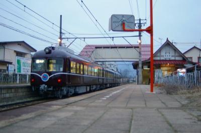 木造駅舎と栗色電車