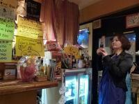カンボジア料理【ニャムニャム食堂】店内を撮影中のvo三田裕子さん